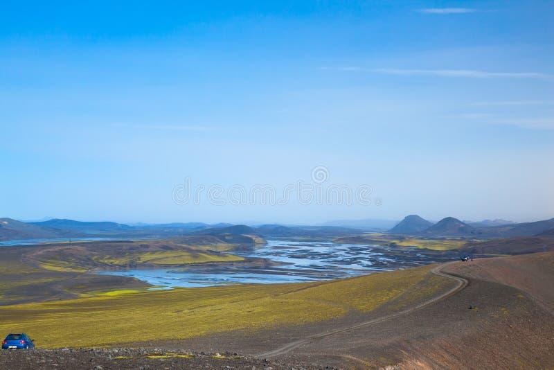 Een aardeweg in de zomer in IJsland Dichtbij Meer Myvatn royalty-vrije stock foto's