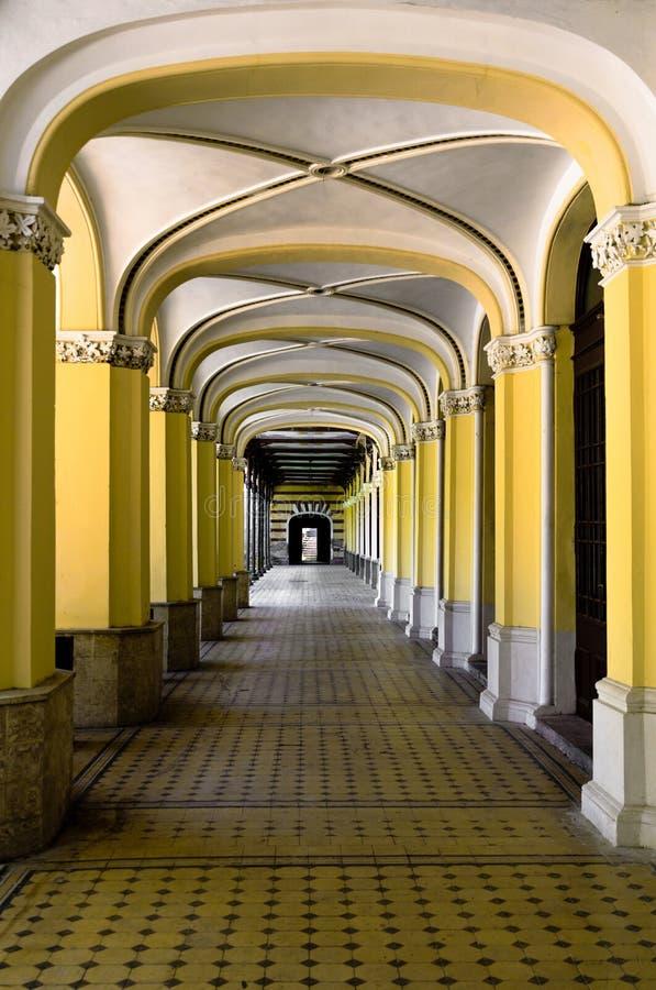 Een aardige gang in een oud gebouw Vele ondersteunende pijlers royalty-vrije stock foto's