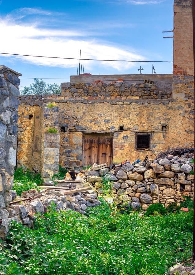 Een aardige traditionele buurt met oude steenhuizen in Milatos, Kreta stock foto