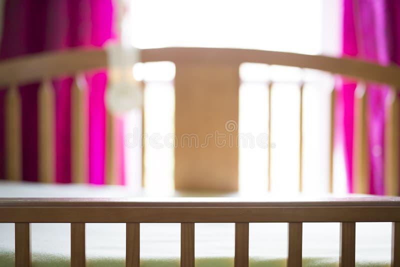 Een aardige wieg in babyruimte royalty-vrije stock afbeeldingen