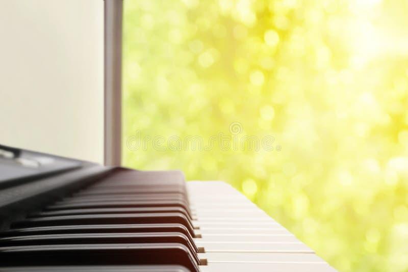 Een achtergrond van het muziekinstrument, muziekconcept Een vage warme kleur stemde foto van elektronische toetsenbord of piano D royalty-vrije stock foto
