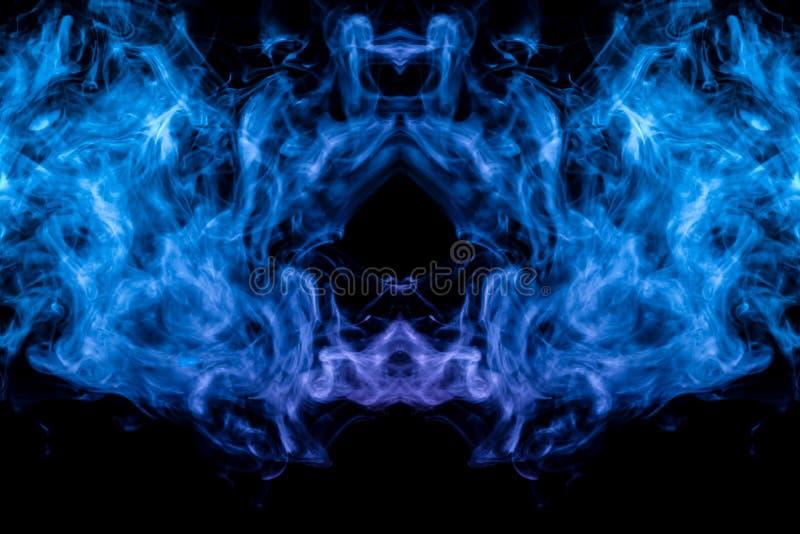 Een achtergrond van roze, blauwe en witte golvende rook in de vorm van het hoofd van een spook of een mens van mystieke verschijn royalty-vrije illustratie