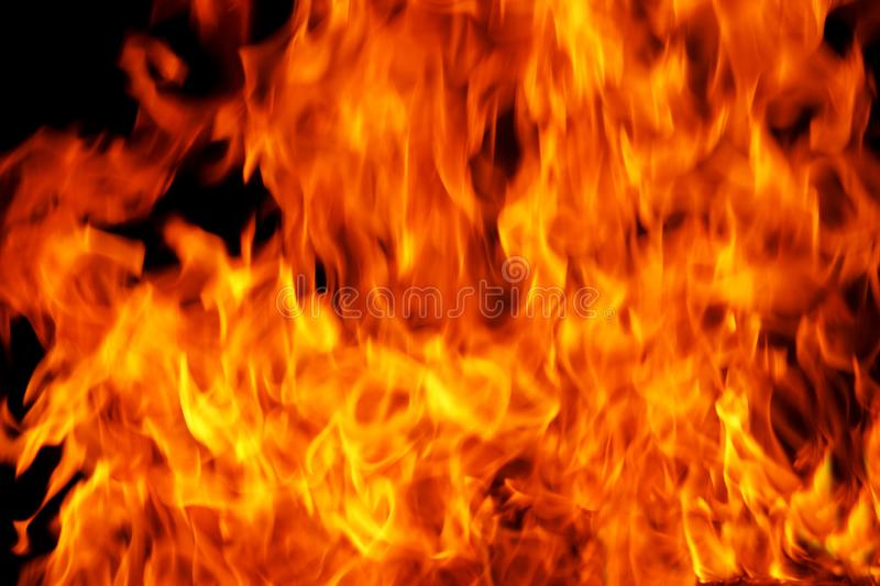 Een achtergrond wordt gevuld met defocused brandvlammen die stock foto