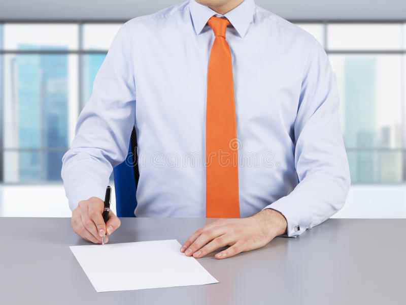 Een advocaat en een contract die proces ondertekenen royalty-vrije stock afbeelding