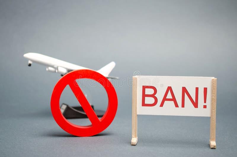 Een affiche met het woordverbod Het teken van het verbod en een miniatuurstuk speelgoed vliegtuig Verbod op vluchten van vliegtui royalty-vrije stock afbeelding