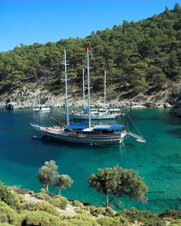 Een afgezonderde baai in het Turkse Middellandse-Zeegebied royalty-vrije stock foto's