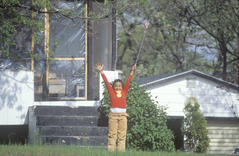Een Afrikaans-Amerikaans meisje die een vlag van Amerika, Mn houden stock afbeeldingen