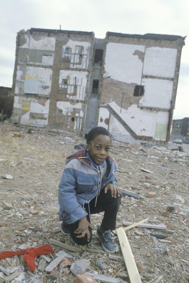 Een Afrikaans-Amerikaanse jongen in het getto, stock fotografie