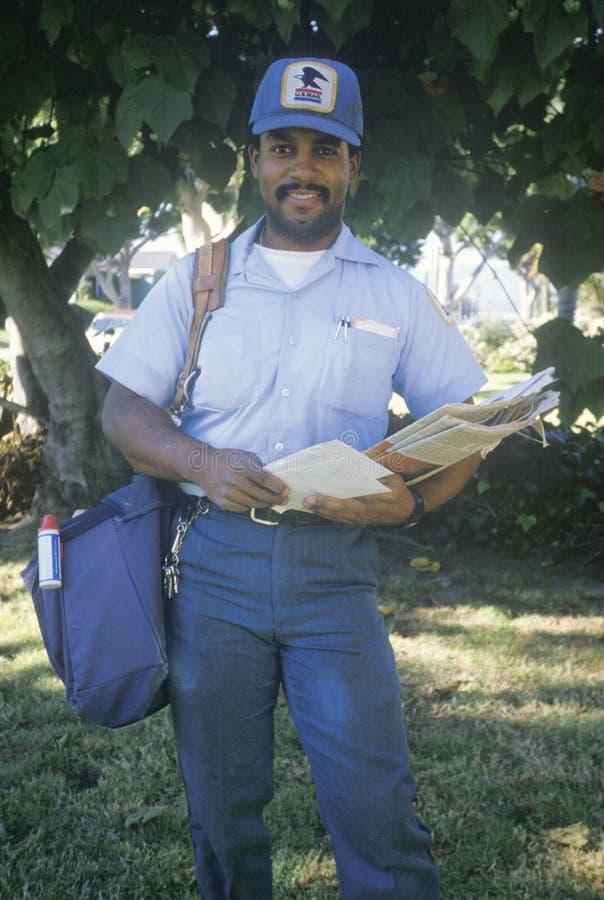 Een Afrikaans-Amerikaanse postcarrier stock foto