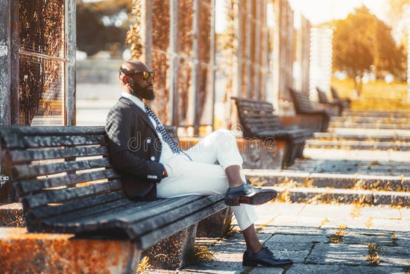 Een Afrikaanse zakenman op de bank royalty-vrije stock foto's