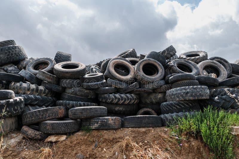 Een afvalhoop van oude banden voor rubber recycling stock afbeeldingen