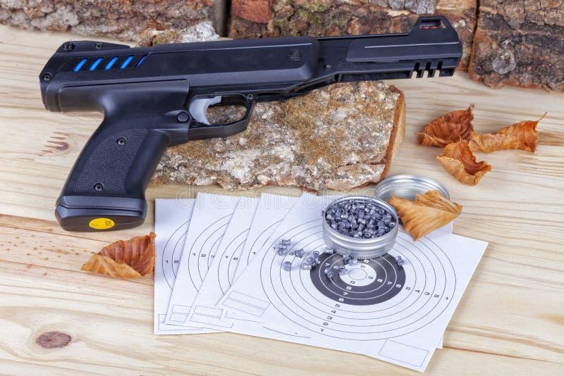 Een airgun met zijn korrels en doelstellingen om het schot uit te oefenen royalty-vrije stock afbeelding