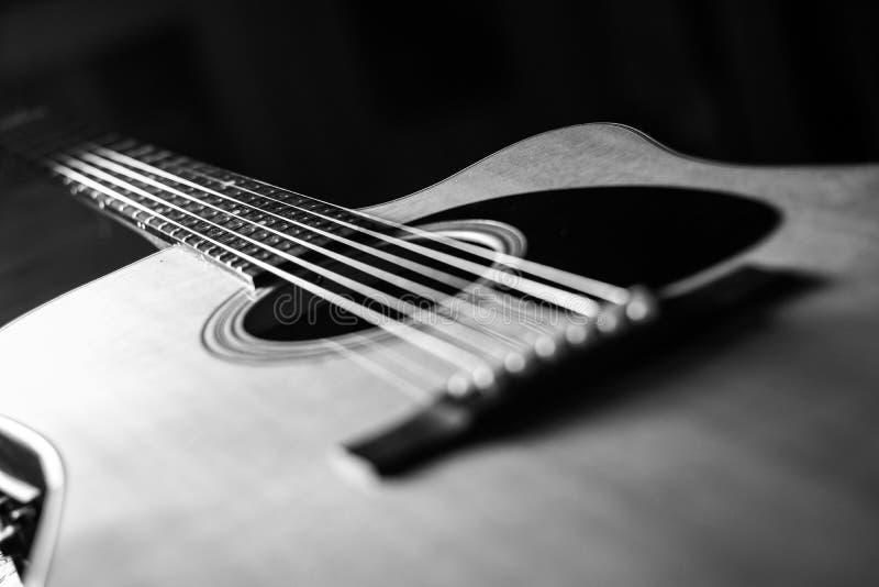 Een Akoestische gitaar zwart-wit koorden stock foto