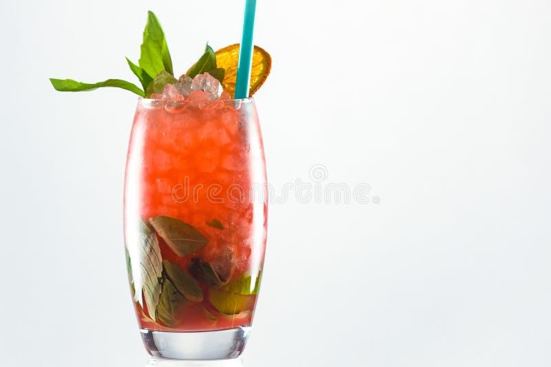 Een alcoholcocktail met sinaasappel op witte achtergrond stock fotografie