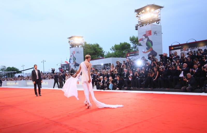 Een algemene mening van atmosfeer loopt het rode tapijt royalty-vrije stock fotografie