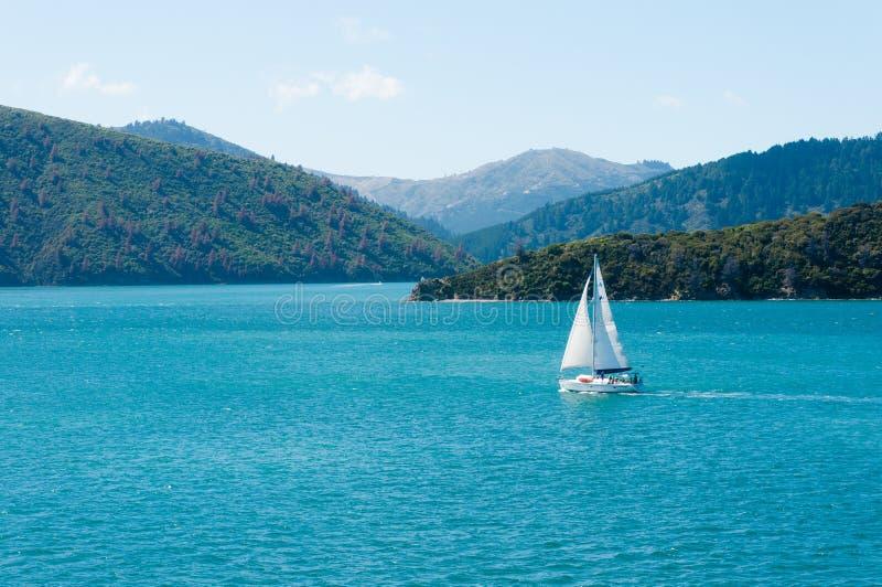 Een alleen varende boot bij het Marlboro-geluid, Nieuw Zeeland royalty-vrije stock afbeeldingen