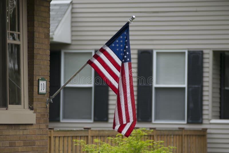 Een Amerikaans huis met een vlag stock foto
