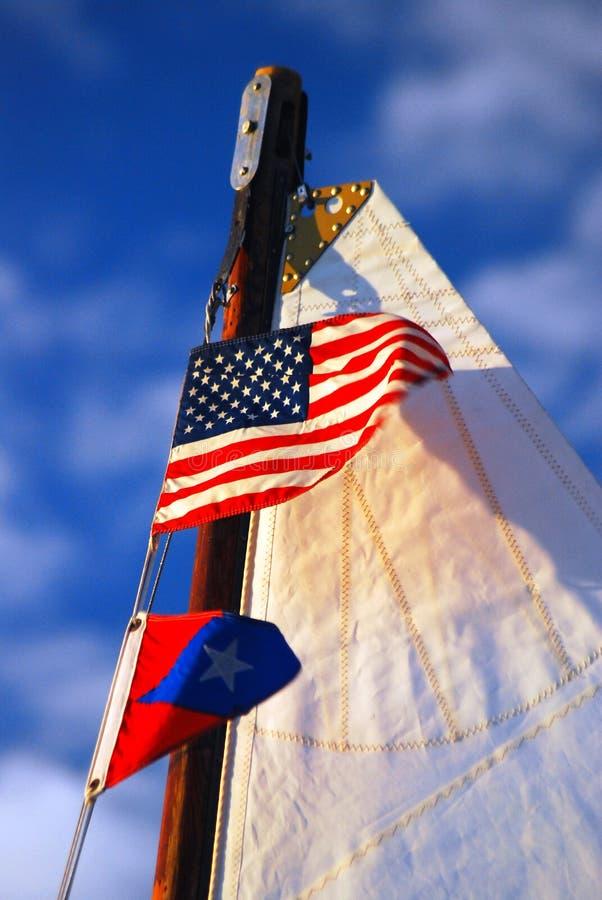 Een Amerikaanse vlag bij de bovenkant van een mast royalty-vrije stock fotografie
