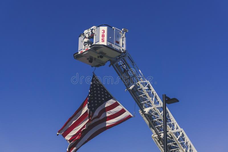Een Amerikaanse Vlag wordt gehesen omhoog door een Brandvrachtwagen in Herinnering op 11 September, 2018 stock afbeeldingen