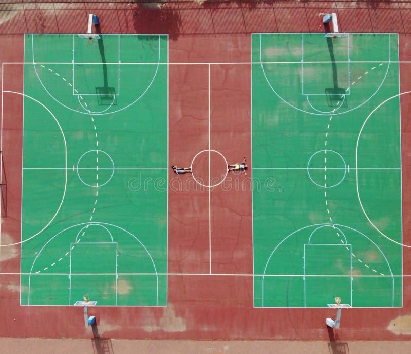 Een andere mening over basketbalhof Zet uw verbeelding aan en geniet van De perfecte hoek leidt tot perfecte foto Geometrische An stock foto's