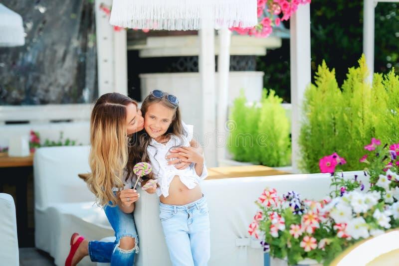 Een andere wereldvakantie Portret van glimlachende moderne moeder en kindreizigers in Veneti?, Itali? in de herfst stock fotografie