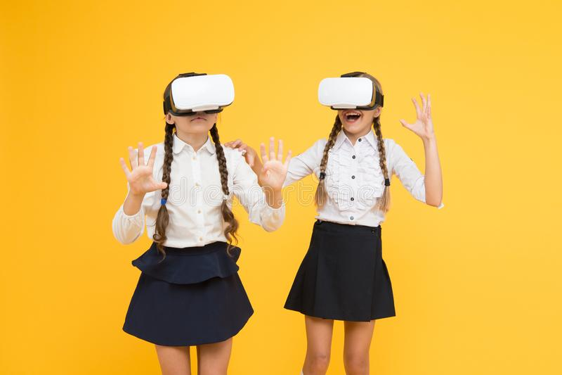 Een andere werkelijkheid is hier Toekomstig onderwijs Terug naar School Virtuele werkelijkheid kleine meisjes in VR-hoofdtelefoon royalty-vrije stock afbeelding