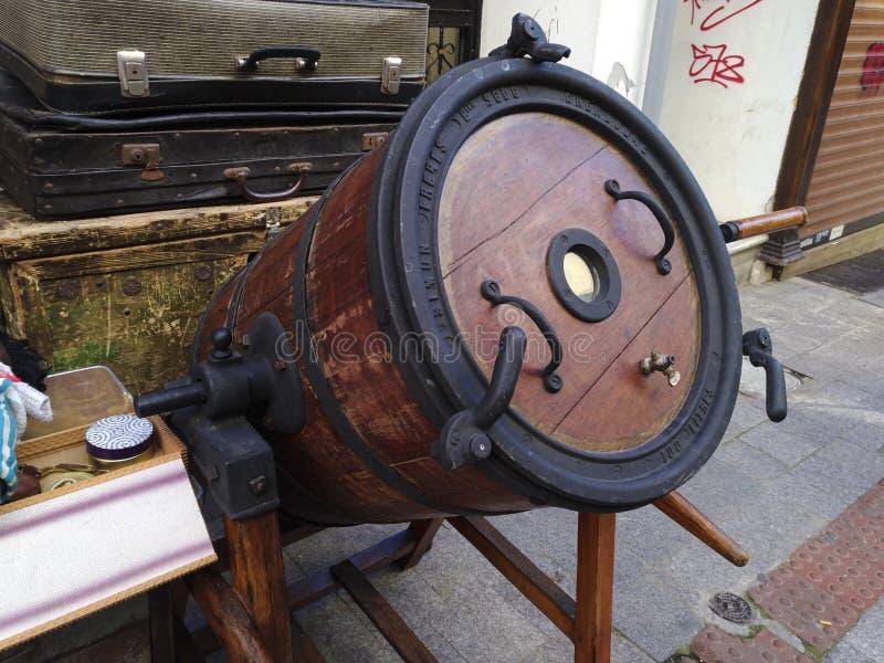 Een antiek vaatje van bier en sommige oude koffers voor een antieke opslag bij een straat van Istanboel royalty-vrije stock foto