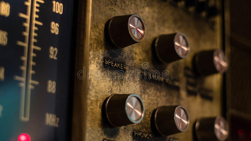 Een antieke muur radioeenheid met het stemmen van wijzerplaten en knoppen stock foto