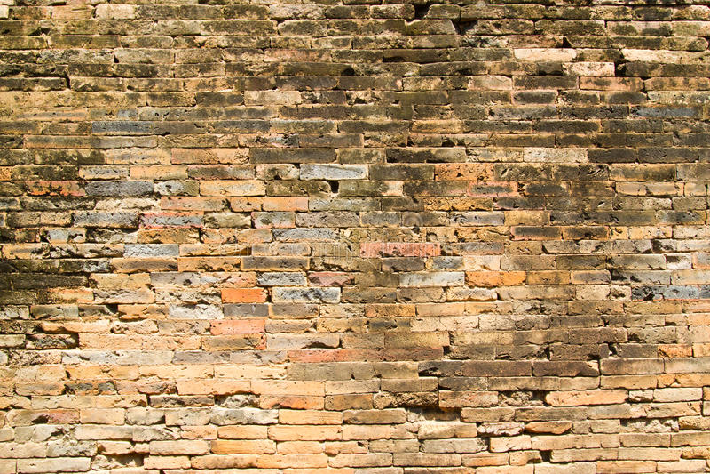 Een antieke muur werd verlaten en viel in ruïne stock afbeelding