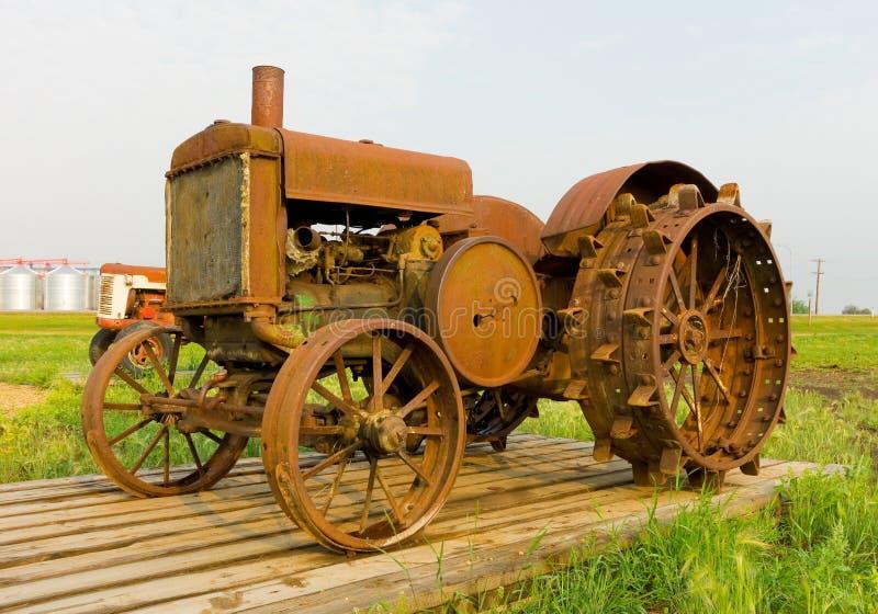 Een antieke tractor met spiked ijzerwielen bij een landbouwmuseum in Saskatchewan stock fotografie