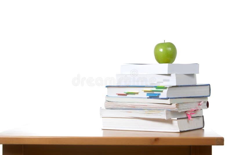 Een appel bovenop een stapel boeken royalty-vrije stock afbeeldingen