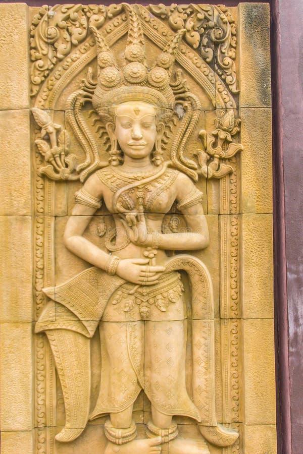 Een Apsara die sneed op de achtergrond van de zandsteenmuur dansen Apsara is een vrouwelijke geest van de wolken en de wateren in royalty-vrije stock foto