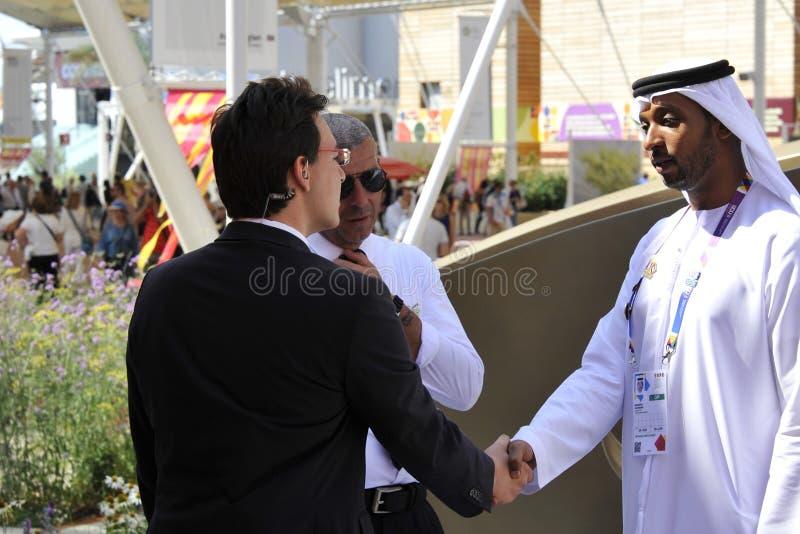 Een Arabische mens en een westelijke mens schudden handen als teken van vrede royalty-vrije stock fotografie