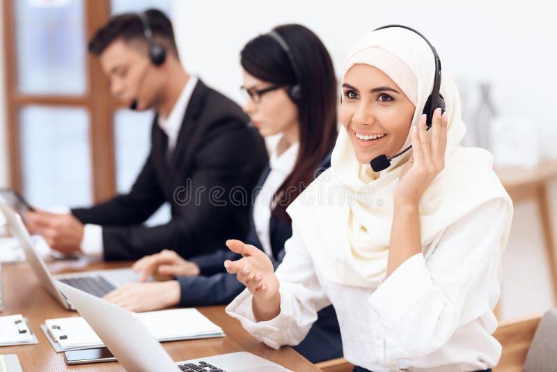 Een Arabische vrouw werkt in een call centre royalty-vrije stock fotografie