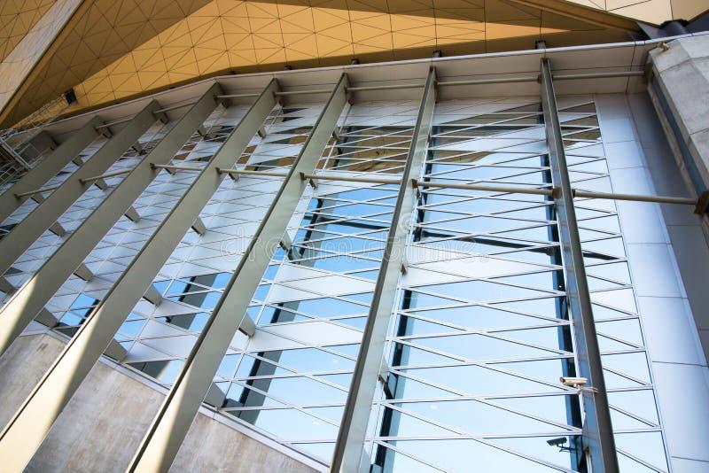 Een architecturale bouw van glas en metaal stock afbeeldingen