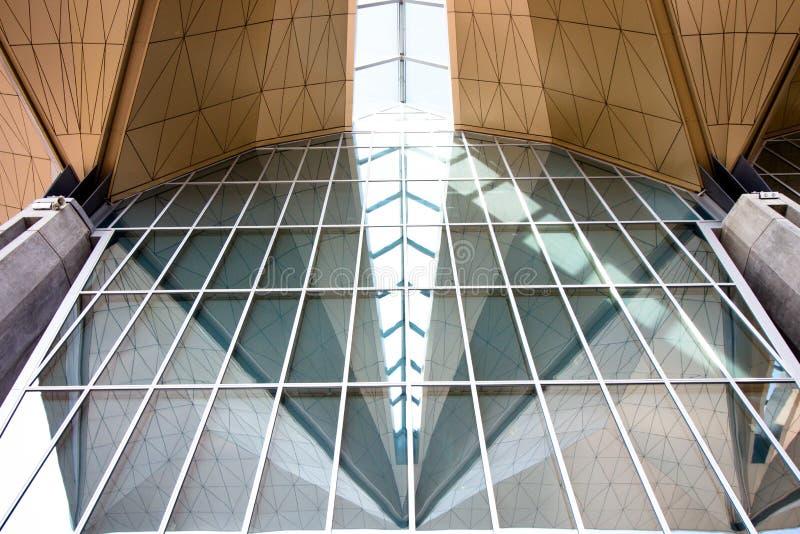 Een architecturale bouw van glas en metaal royalty-vrije stock afbeelding
