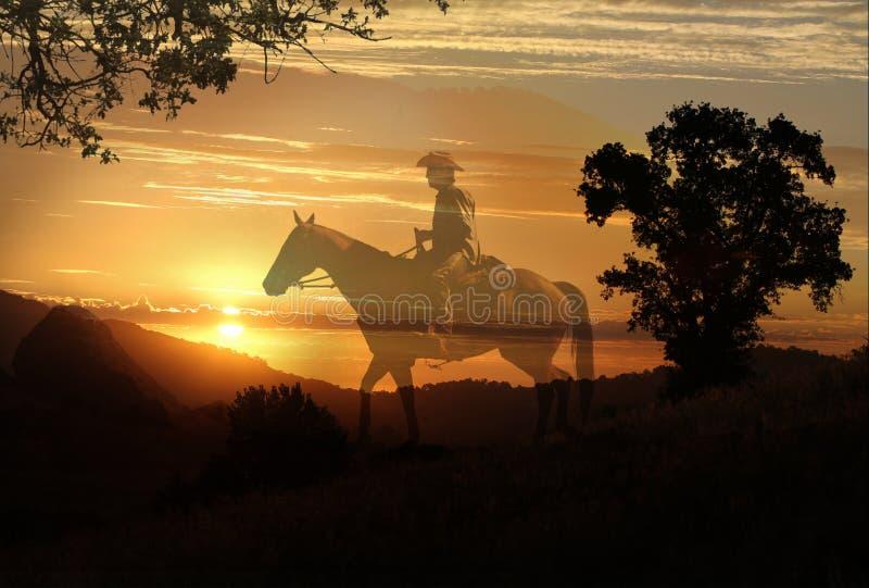 Een artistiek beeld van een cowboy die in een weide met bomen en een transparante gele sunetachtergrond berijden royalty-vrije stock foto