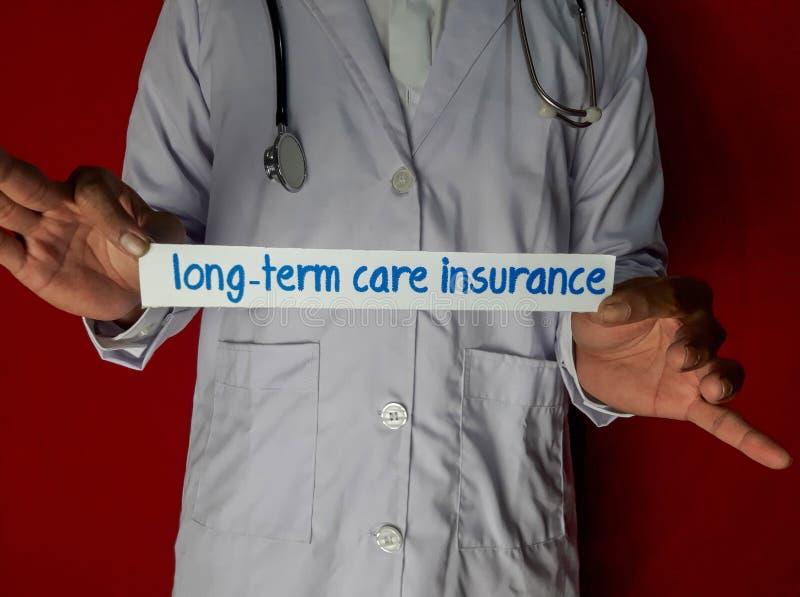 Een arts die, houdt de het document van de langdurige zorgverzekering tekst op rode achtergrond bevinden zich stock afbeeldingen