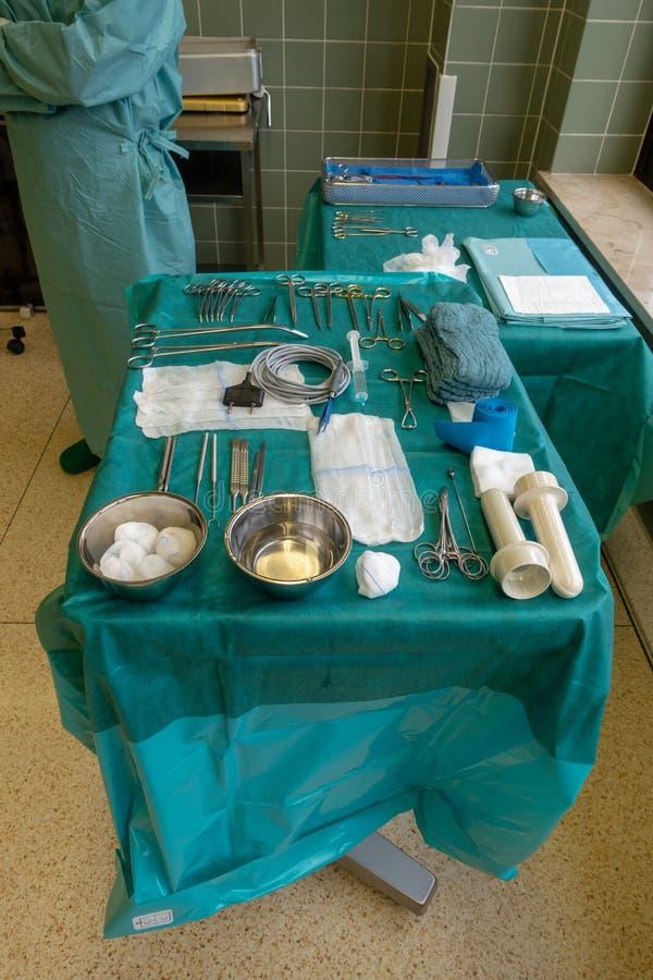 Een arts voert een chirurgische handeling uit royalty-vrije stock fotografie