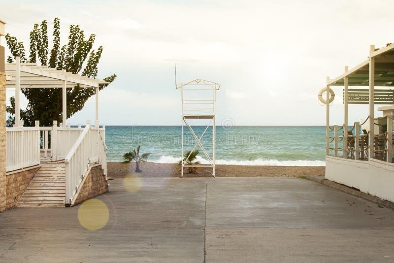 Een asfaltweg leidt tot het strand Rek van badmeesters royalty-vrije stock fotografie