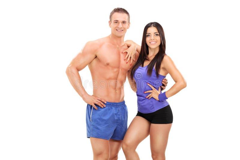 Een atletisch jong paar die samen stellen stock afbeelding
