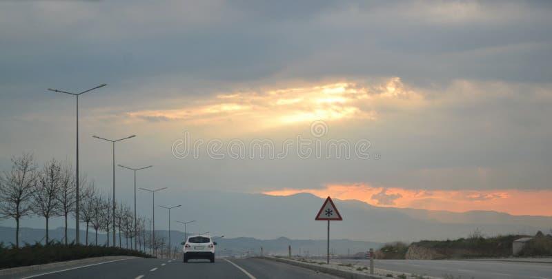 Een Auto die op de weg gaan stock afbeelding