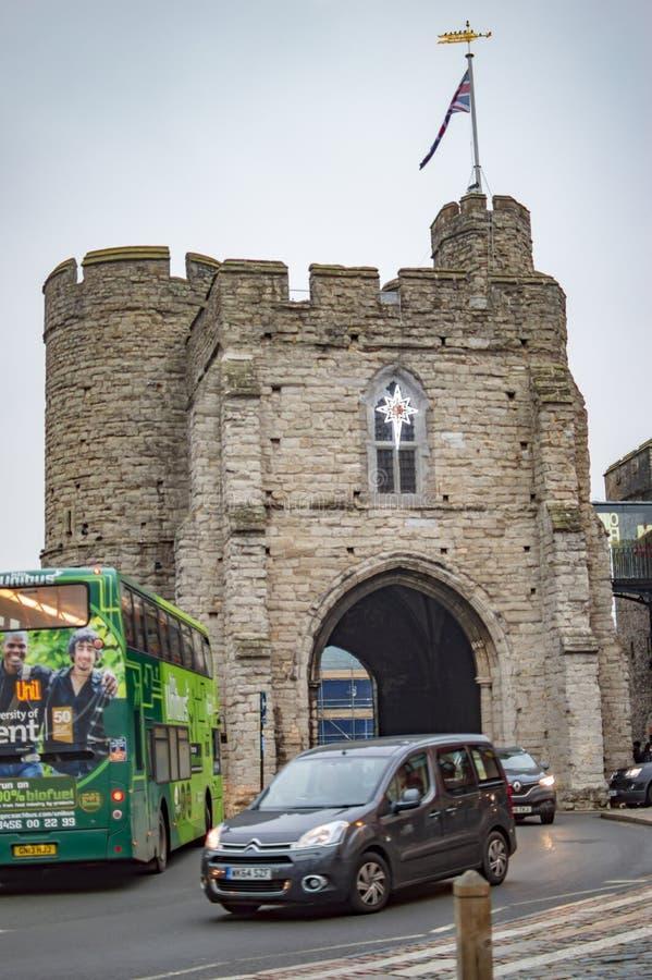 Een auto die uit de laatste poort van het oosten in de stad van Canterbury komen stock afbeeldingen
