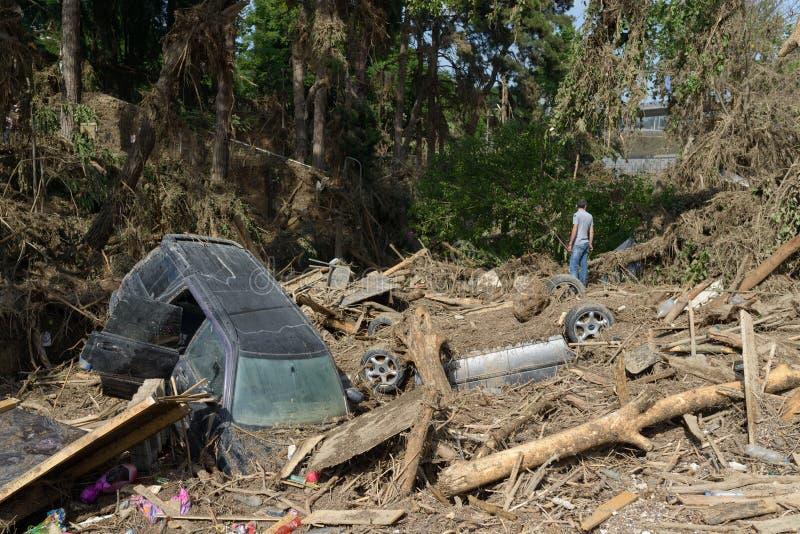 Een auto in een stapel van puin na vloed stock afbeeldingen