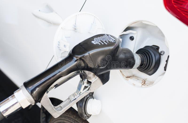 Een auto wordt opnieuw gevuld met Benzine royalty-vrije stock afbeeldingen