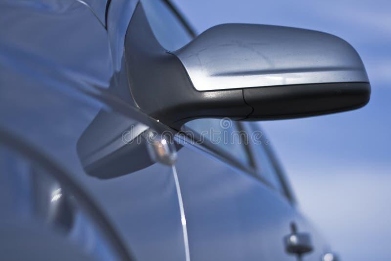 Een auto zijspiegel in dichte omhooggaand stock foto's
