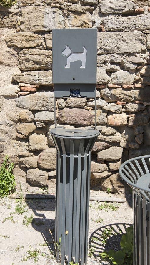 Een Automaat van de Dierlijk Afvalzak door een Blauwe Vuilnisbak royalty-vrije stock foto's