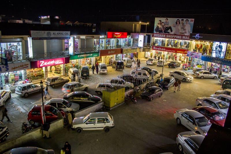 Een autoparkeren in een markt in Abbottabad stock afbeeldingen