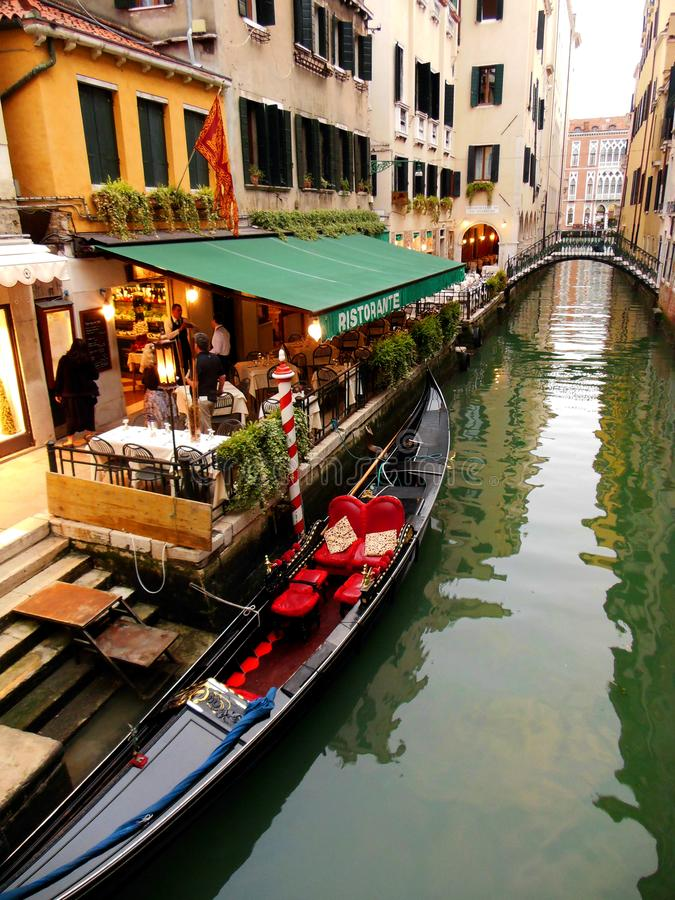 Een Avond uit bij Restaurant op het Kanaal van Veneti?, Itali? royalty-vrije stock afbeeldingen