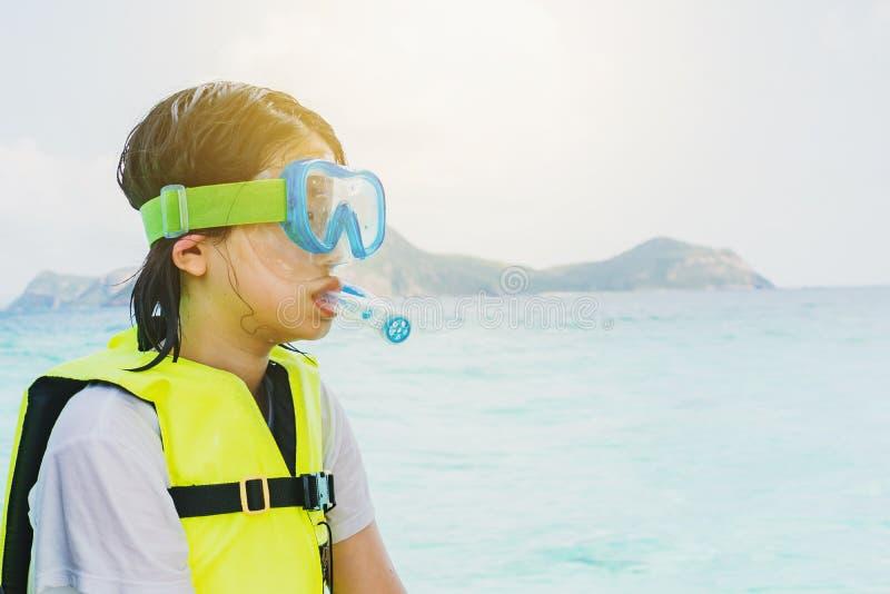 een Aziatisch het snorkelen meisje met masker stock afbeeldingen